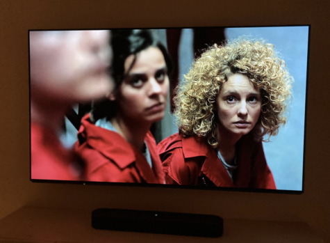 Watching foreign shows can not only act as a form of entertainment, but can also simultaneously improve language skills. Staff Writer Amber de Saint-Exupéry highlights 5 authentic Spanish TV shows on Netflix to help improve listening and comprehension skills.