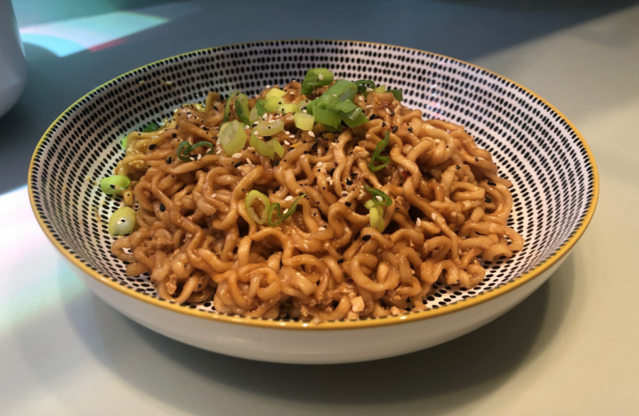 This easy recipe for soy sauce noodles tests the capabilities of instant food. Invented in the 1950s, instant ramen has grown to be a staple late-night student meal.